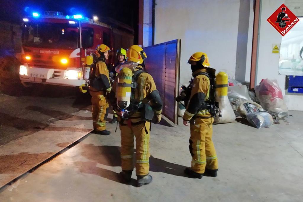 Els bombers intervenen en un incendi en Filatures Ferre