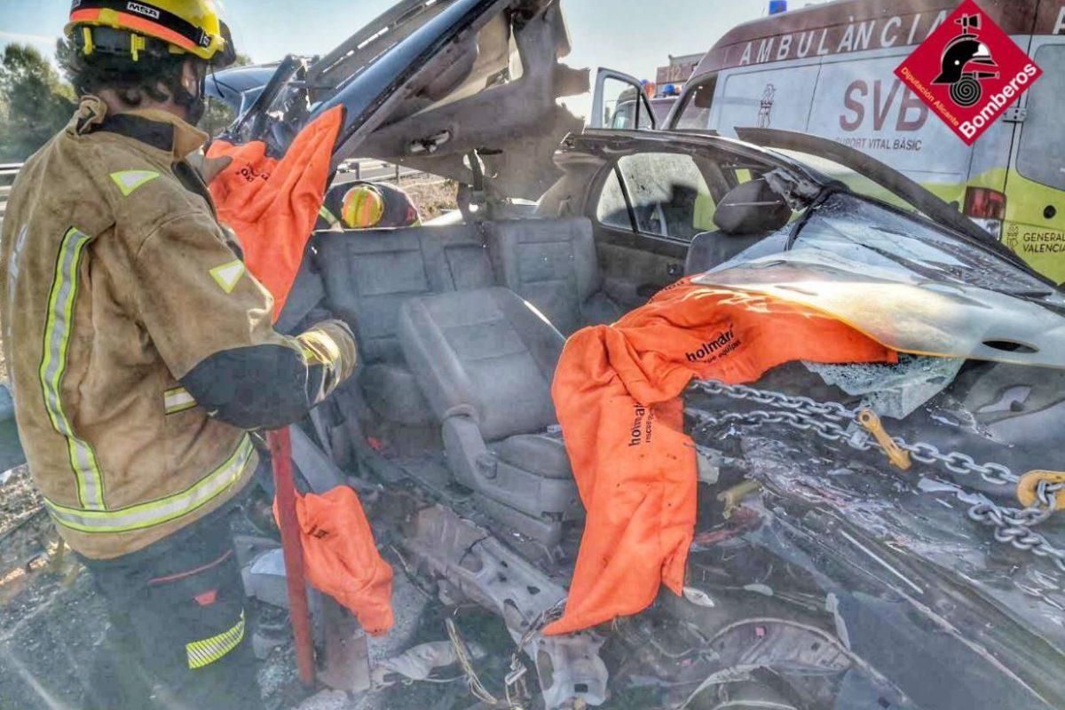 Accident entre un cotxe i un camió deixa dos ferits