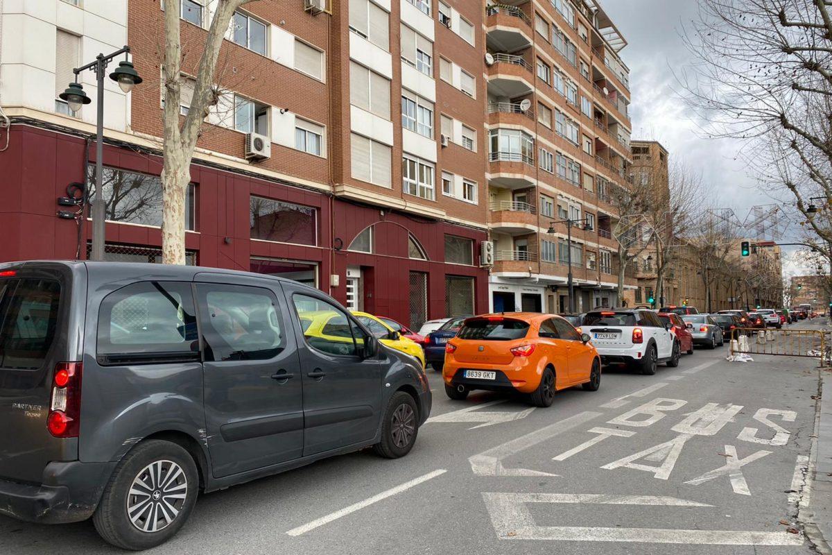 Largas colas de coches en los accesos y salidas de Alcoy