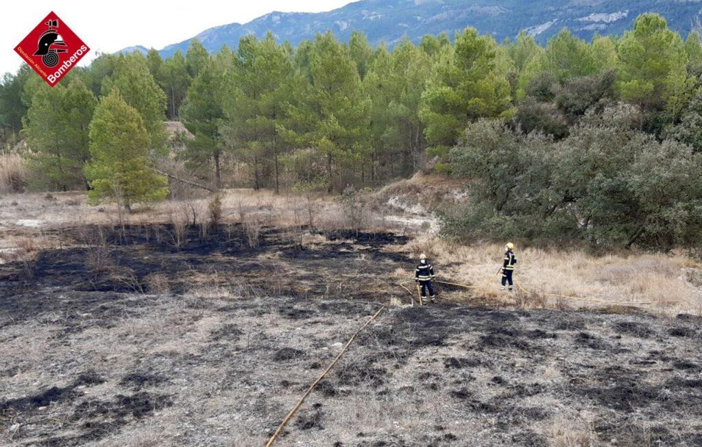 Extinguido el incendio descontrolado de cultivos en Alfafara