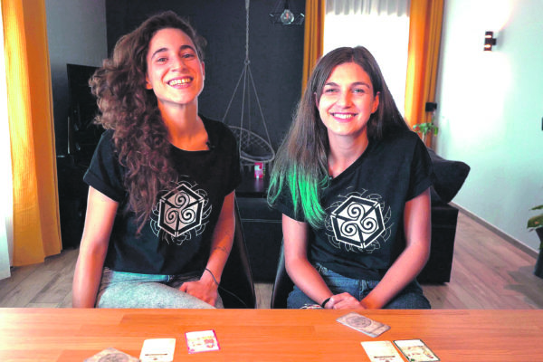 'Ultreia', un joc de cartes ideat per una alcoiana i una gallega
