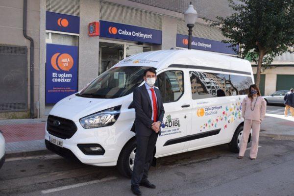 Obra Social *Caixa Ontinyent dóna una furgoneta a l'Associació *ADIBI d'Ibi