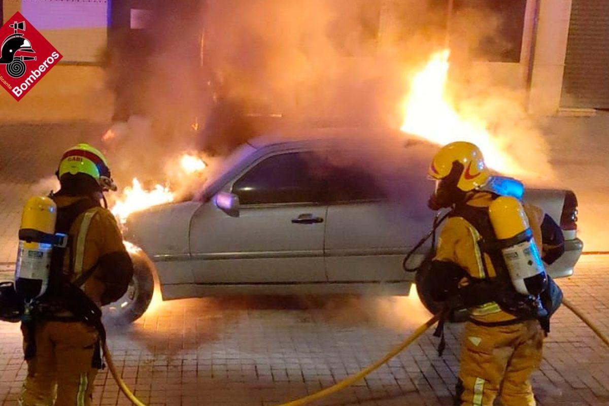 Els bombers sufoquen un cotxe a Cocentaina