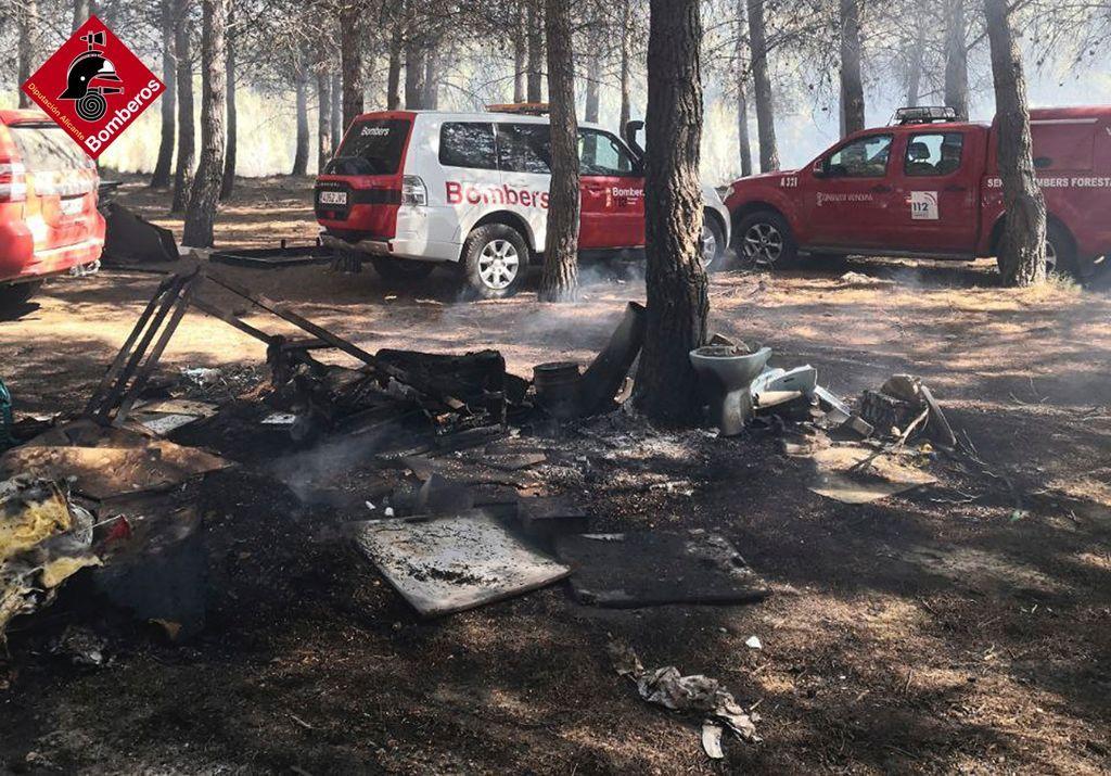 Los bomberos sofocan un incendio en la Albufera de Gayanes