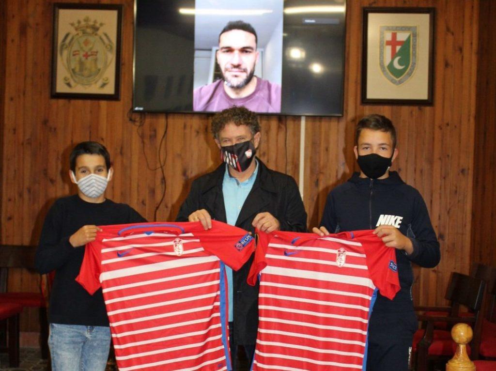 El CFC Ciudad Alcoy entrega dos camisetas de Jorge Molina