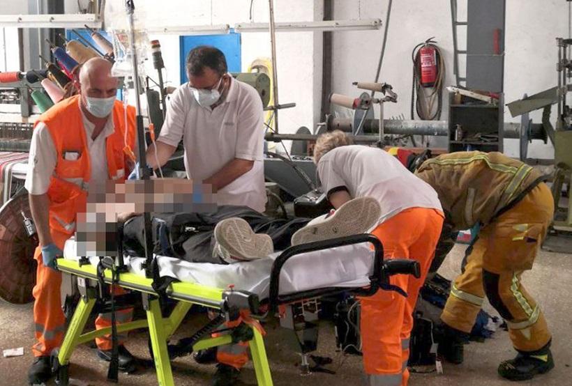 Un home es fractura la mà en un accident laboral