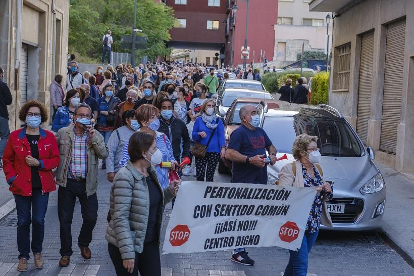 El col·lectiu contrari a la conversió en zona de vianants es manifesta per a exigir la seua final