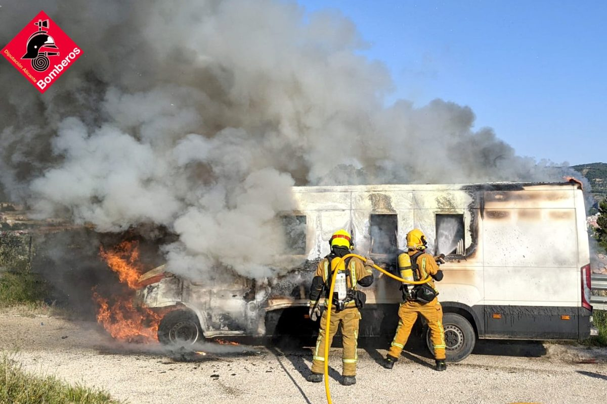 Aparatoso incendio de una furgoneta