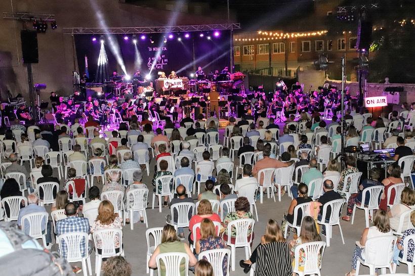 La Nova de Banyeres convirtió su concierto de verano en un musical radiofónico