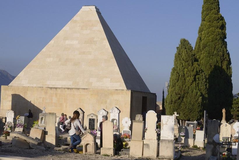 El cementeri ajuda a entendre el present