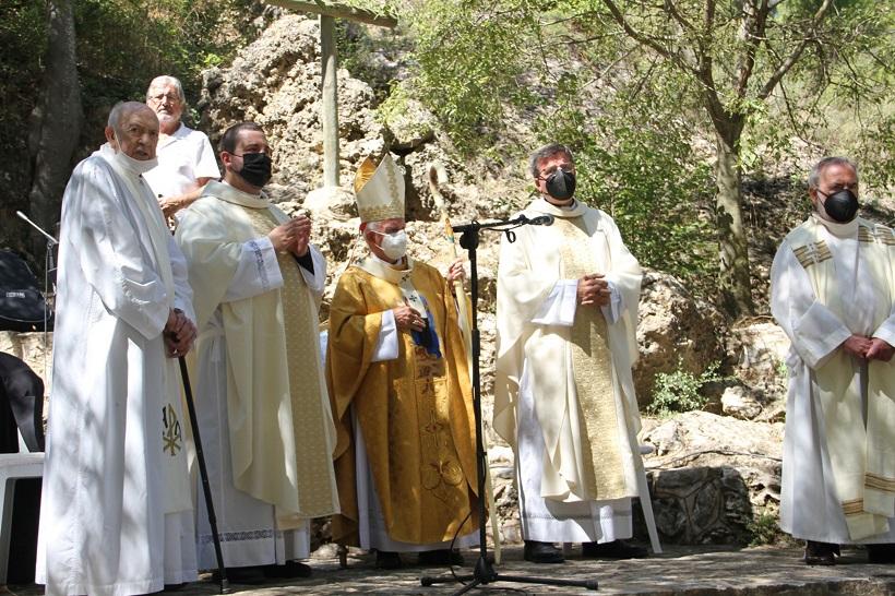 Agres honra a la seua patrona amb una missa als peus de la Serra Mariola