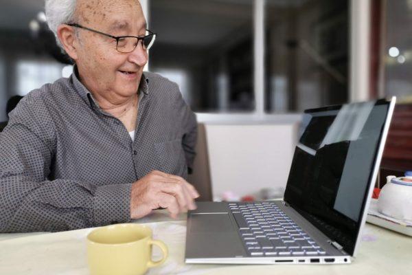Fomenten l'acostament de les persones majors a les noves tecnologies